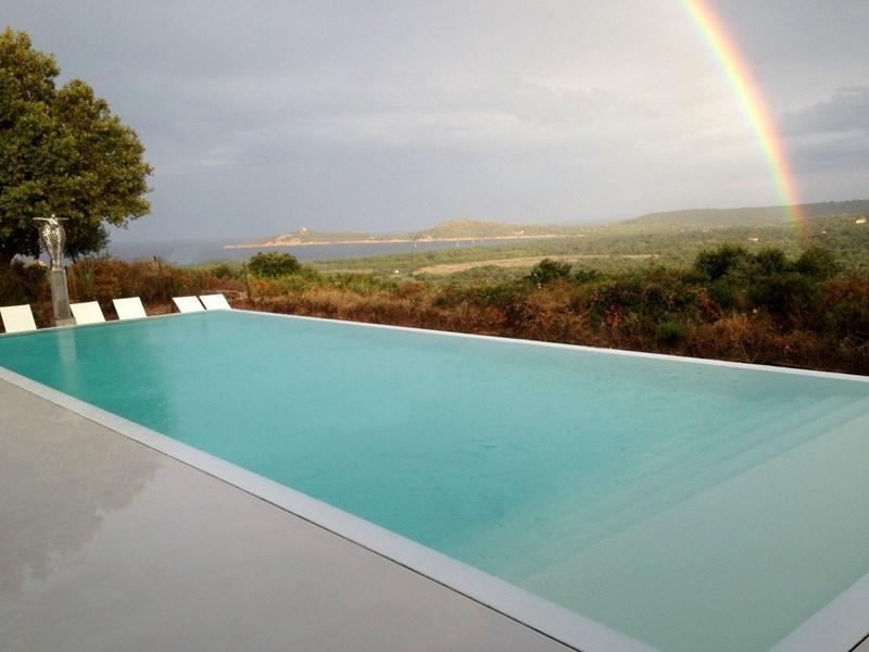 Belle Piscine d'une villa en Corse